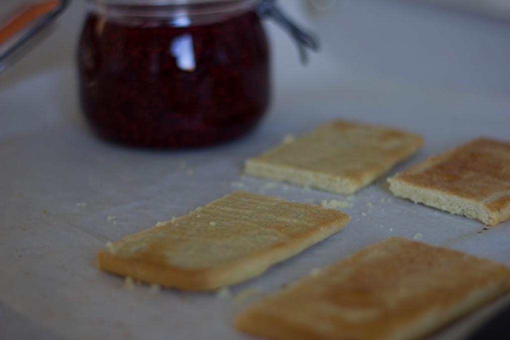 Hindbærsnitte med hindbærsyltetøj eller hindbærmarmelade der smager så godt som meyers snitter med hindbær