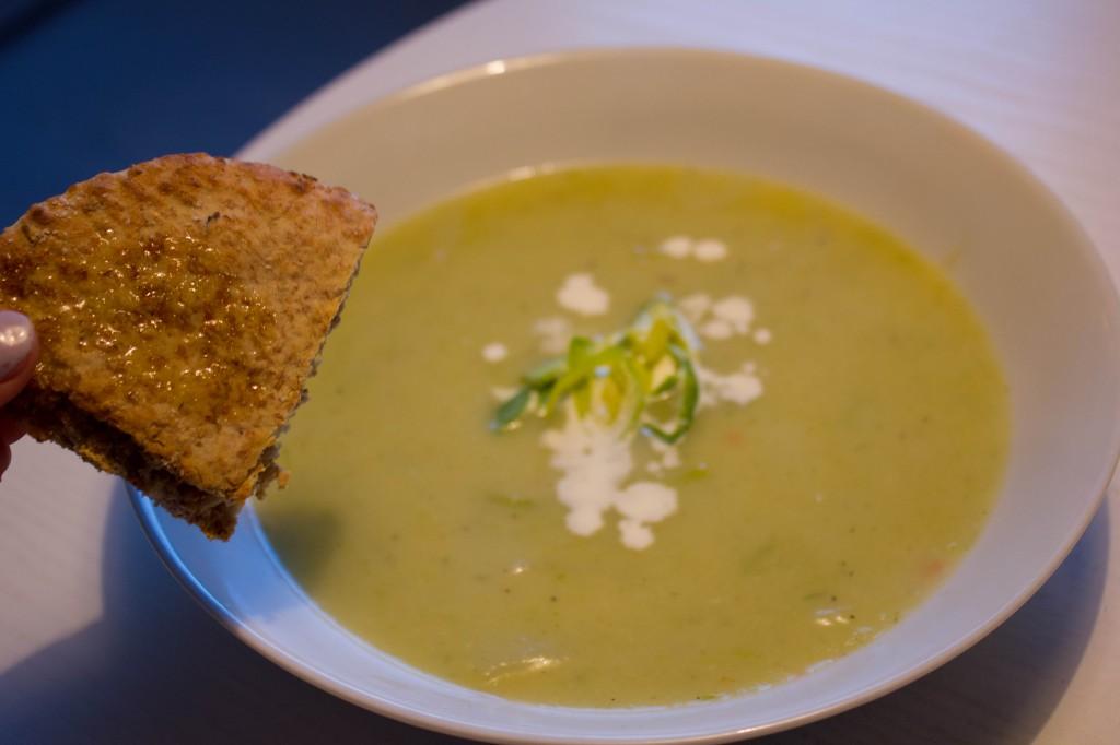 Kartoffel suppe og porresuppe er kartoffel- og porresuppe sund mad til aftensmad eller kartoffelsuppe med porre