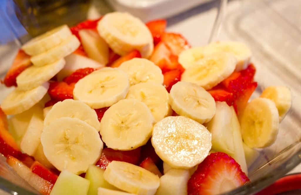 Frugtsalat eller abemad er frisk frugt med flødeskum elle creme og vanilje