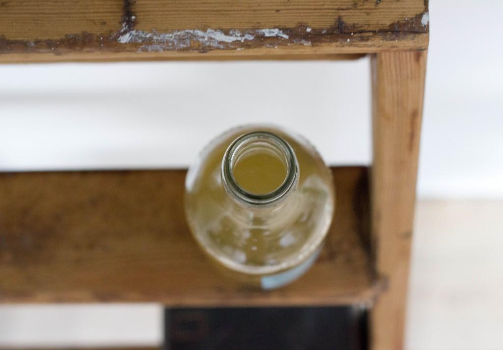 hyldeblomstsaft med hyldeblomst kan laves til sirup eller saft til en dessert eller salat