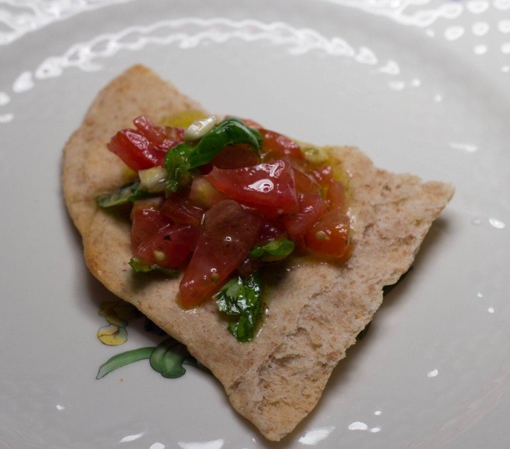 Bruschetta med tomater og fladbrød med fuldkorn og sunde og lækre tapas retter