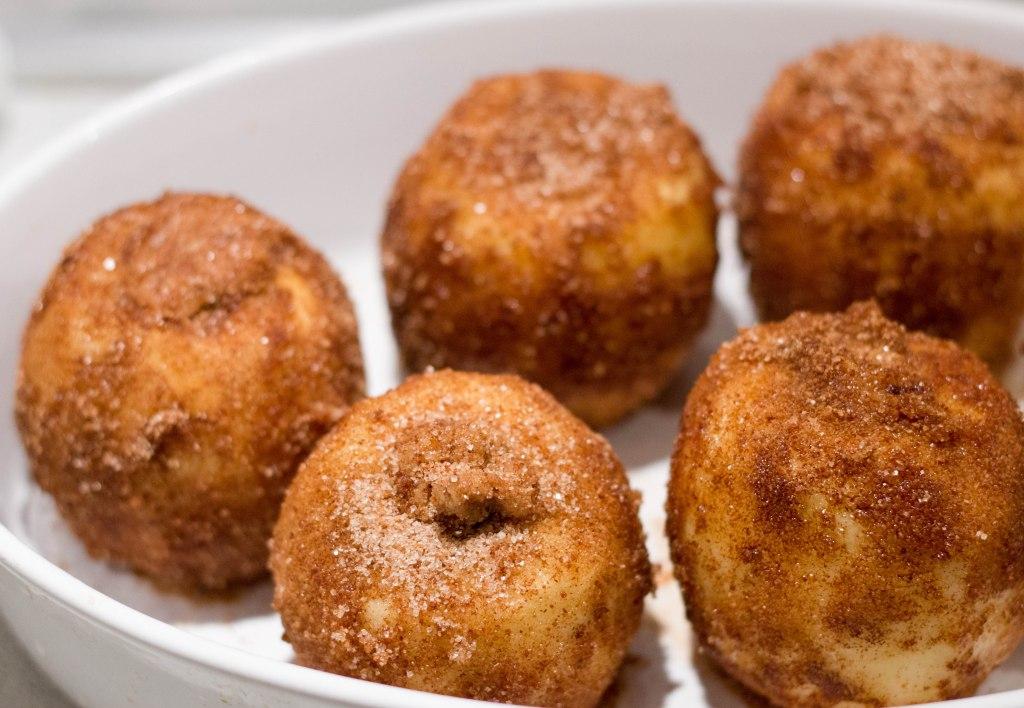 bagte æbler med kanel er lækkert og med smør og en god dessert til gæster billig