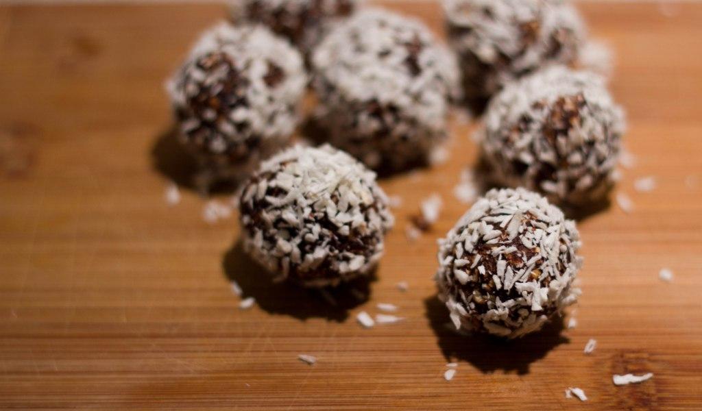 sunde havregrynskugler der er sukkerfri og uden sukker og dadler med kakao og ingen fedt